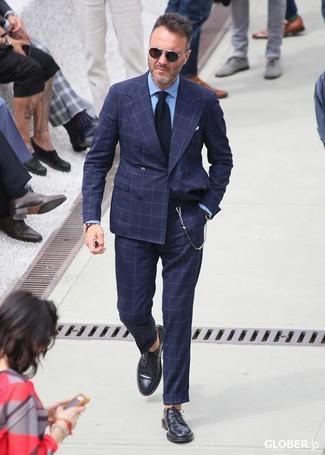 Cómo combinar: corbata de punto azul marino, zapatos derby de cuero negros, camisa de vestir celeste, traje a cuadros azul marino