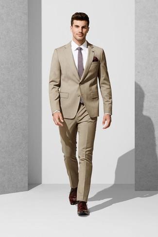 Cómo combinar: corbata estampada burdeos, zapatos derby de cuero burdeos, camisa de vestir blanca, traje marrón claro