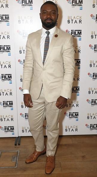 Cómo combinar: corbata de rayas horizontales marrón, zapatos derby de cuero marrón claro, camisa de vestir blanca, traje en beige