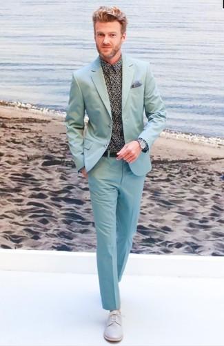 Cómo combinar: pañuelo de bolsillo estampado celeste, zapatos derby de cuero grises, camisa de vestir estampada negra, traje en verde menta