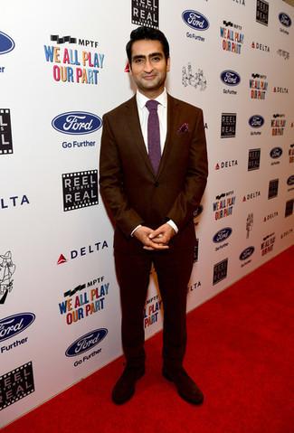 Cómo combinar: corbata burdeos, zapatos derby de ante en marrón oscuro, camisa de vestir blanca, traje burdeos