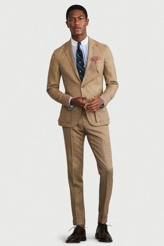 Cómo combinar: corbata de rayas verticales en azul marino y verde, zapatos derby de cuero en marrón oscuro, camisa de vestir celeste, traje marrón claro