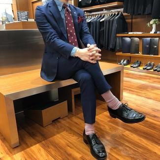 Cómo combinar: corbata estampada burdeos, zapatos derby de cuero negros, camisa de vestir de cambray azul, traje azul marino