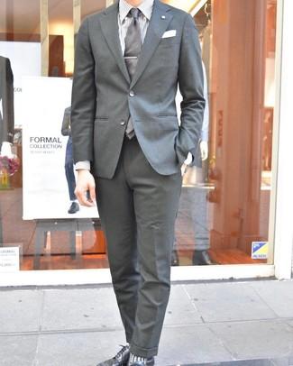 Cómo combinar: corbata gris, zapatos derby de cuero negros, camisa de vestir de rayas verticales blanca, traje gris