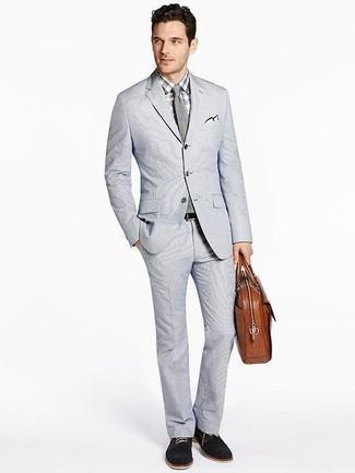Combinar unos zapatos derby de ante negros: Opta por un traje de seersucker gris y una camisa de vestir a cuadros gris para una apariencia clásica y elegante. ¿Quieres elegir un zapato informal? Elige un par de zapatos derby de ante negros para el día.