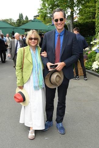 Cómo combinar: sombrero de paja en beige, zapatos derby de ante azules, camisa de vestir de cambray azul, traje de lino azul marino