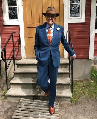 Cómo combinar: sombrero de lana marrón, zapatos derby de cuero marrónes, camisa de vestir celeste, traje azul marino