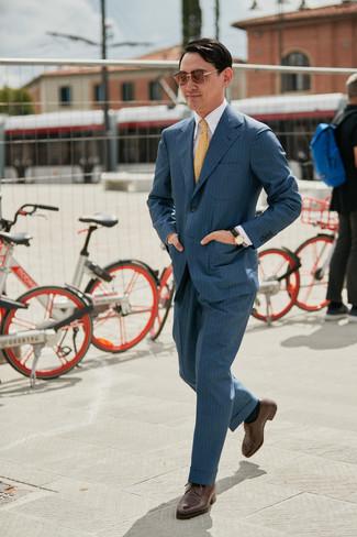 Cómo combinar: corbata estampada amarilla, zapatos derby de cuero marrónes, camisa de vestir blanca, traje de rayas verticales en gris oscuro