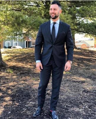 Cómo combinar: corbata negra, zapatos derby de cuero negros, camisa de vestir celeste, traje de rayas verticales negro