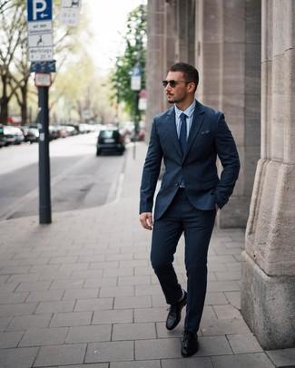 Cómo combinar: corbata a lunares azul marino, zapatos derby de cuero negros, camisa de vestir celeste, traje de lana azul marino