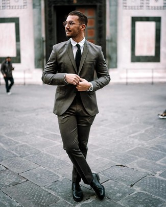 Cómo combinar: corbata negra, zapatos derby de cuero negros, camisa de vestir blanca, traje en gris oscuro