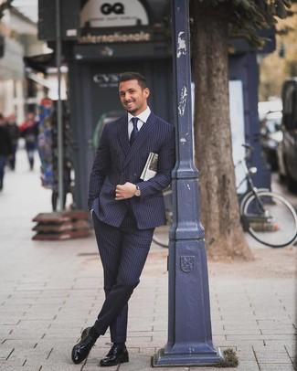 Cómo combinar: corbata azul marino, zapatos derby de cuero negros, camisa de vestir blanca, traje de rayas verticales azul marino