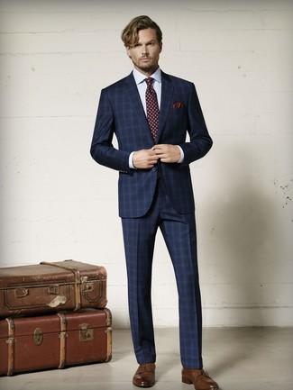 Outfits hombres: Utiliza un traje de tartán azul marino y una camisa de vestir a cuadros blanca para una apariencia clásica y elegante. Zapatos derby de cuero marrónes son una opción atractiva para completar este atuendo.