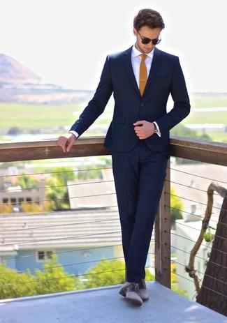 Cómo combinar: corbata mostaza, zapatos derby de cuero grises, camisa de vestir blanca, traje azul marino