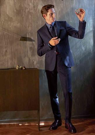 Cómo combinar: corbata estampada azul marino, zapatos derby de cuero burdeos, camisa de vestir de cuadro vichy azul marino, traje azul marino