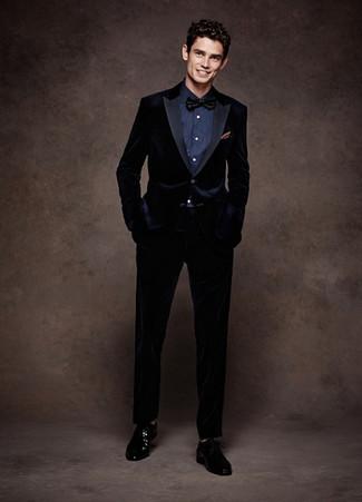 Cómo combinar: corbatín negro, zapatos derby de cuero negros, camisa de vestir azul marino, traje de terciopelo azul marino