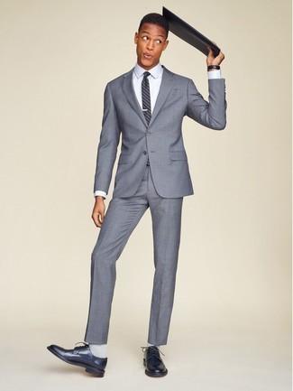 Combinar unos calcetines grises: Para un atuendo que esté lleno de caracter y personalidad empareja un traje gris junto a unos calcetines grises. Con el calzado, sé más clásico y elige un par de zapatos derby de cuero azul marino.
