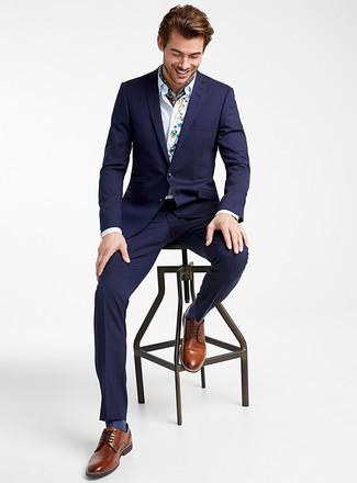Combinar unos zapatos derby de cuero marrónes: Intenta ponerse un traje azul marino y una camisa de vestir bordada blanca para un perfil clásico y refinado. Zapatos derby de cuero marrónes son una opción atractiva para complementar tu atuendo.