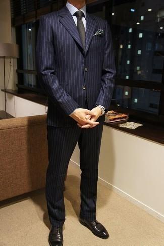Combinar una corbata verde oscuro: Haz de un traje de rayas verticales azul marino y una corbata verde oscuro tu atuendo para una apariencia clásica y elegante. Zapatos derby de cuero negros añaden un toque de personalidad al look.