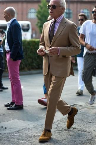 Combinar una camisa de vestir de rayas verticales rosada: Considera emparejar una camisa de vestir de rayas verticales rosada con un traje marrón claro para un perfil clásico y refinado. Zapatos derby de ante marrón claro son una opción atractiva para completar este atuendo.