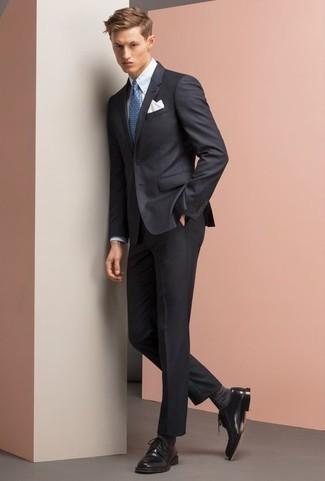 Combinar un traje azul marino: Emparejar un traje azul marino con una camisa de vestir blanca es una opción inigualable para una apariencia clásica y refinada. ¿Quieres elegir un zapato informal? Usa un par de zapatos derby de cuero negros para el día.