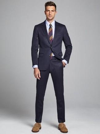Combinar un traje azul marino: Emparejar un traje azul marino junto a una camisa de vestir blanca es una opción inmejorable para una apariencia clásica y refinada. Mezcle diferentes estilos con zapatos derby de ante marrón claro.
