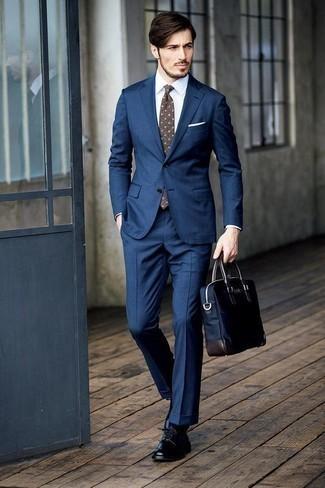 Combinar un portafolio de lona azul marino: Empareja un traje azul marino con un portafolio de lona azul marino para un look diario sin parecer demasiado arreglada. Con el calzado, sé más clásico y opta por un par de zapatos derby de cuero negros.