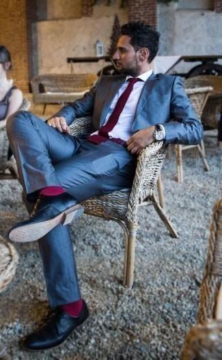 Combinar unos calcetines rosa: Equípate un traje azul junto a unos calcetines rosa para una apariencia fácil de vestir para todos los días. Zapatos derby de cuero negros levantan al instante cualquier look simple.