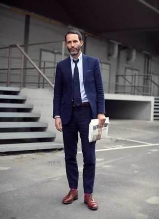 Combinar unos calcetines rosa: Opta por un traje azul marino y unos calcetines rosa para una vestimenta cómoda que queda muy bien junta. ¿Te sientes valiente? Opta por un par de zapatos derby de cuero en tabaco.