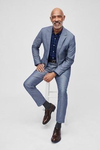 Combinar unos zapatos derby de cuero en marrón oscuro: Accede a un refinado y elegante estilo con un traje celeste y una camisa de vestir de tartán azul marino. Zapatos derby de cuero en marrón oscuro son una opción práctica para complementar tu atuendo.