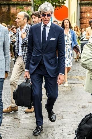 Combinar unas gafas de sol en violeta: Empareja un traje azul marino con unas gafas de sol en violeta para un almuerzo en domingo con amigos. ¿Te sientes valiente? Opta por un par de zapatos derby de cuero negros.
