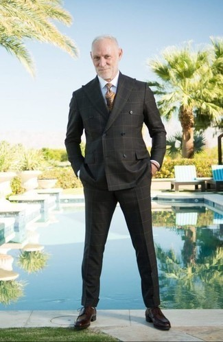 Outfits hombres: Elige un traje a cuadros negro y una camisa de vestir blanca para una apariencia clásica y elegante. Zapatos derby de cuero burdeos son una opción inigualable para completar este atuendo.
