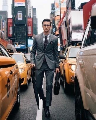 Combinar una corbata negra: Emparejar un traje gris con una corbata negra es una opción grandiosa para una apariencia clásica y refinada. Si no quieres vestir totalmente formal, elige un par de zapatos derby de cuero negros.