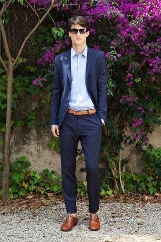 Combinar unos zapatos derby de cuero marrónes: Usa un traje azul marino y una camisa de vestir celeste para una apariencia clásica y elegante. Si no quieres vestir totalmente formal, complementa tu atuendo con zapatos derby de cuero marrónes.