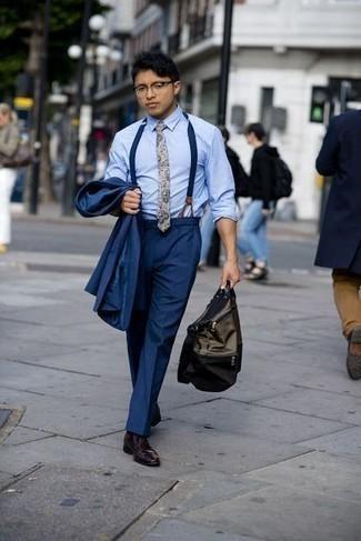 Combinar una corbata de paisley en beige: Utiliza un traje azul marino y una corbata de paisley en beige para una apariencia clásica y elegante. ¿Quieres elegir un zapato informal? Opta por un par de zapatos derby de cuero burdeos para el día.