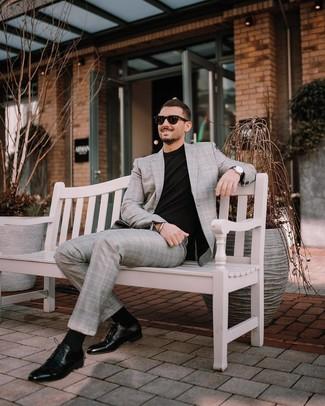 Cómo combinar: gafas de sol negras, zapatos derby de cuero negros, camiseta con cuello circular negra, traje de tartán gris