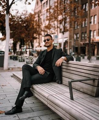 Cómo combinar: gafas de sol negras, zapatos derby de cuero negros, camiseta con cuello circular negra, traje de lana en gris oscuro