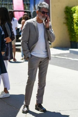 Combinar unos zapatos derby de cuero en marrón oscuro: Si buscas un estilo adecuado y a la moda, usa un traje gris y una camiseta con cuello circular blanca. ¿Te sientes valiente? Usa un par de zapatos derby de cuero en marrón oscuro.