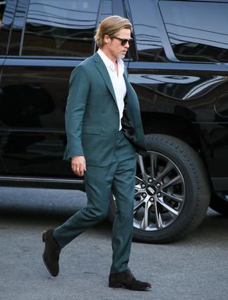 Cómo combinar: zapatos derby de ante en marrón oscuro, camisa de vestir blanca, traje en verde azulado
