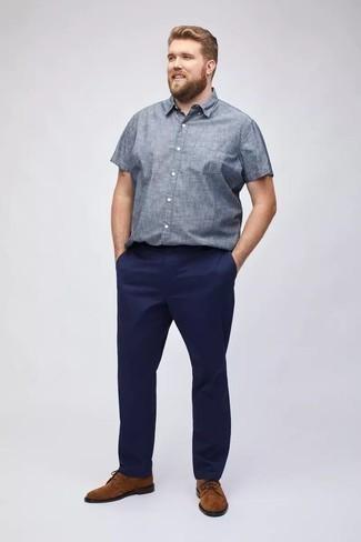 Outfits hombres en verano 2020: Casa una camisa de manga corta de cambray celeste junto a un pantalón chino azul marino para conseguir una apariencia relajada pero elegante. ¿Te sientes valiente? Complementa tu atuendo con zapatos derby de ante en tabaco. Es un atuendo ideal para el verano que nos encanta.