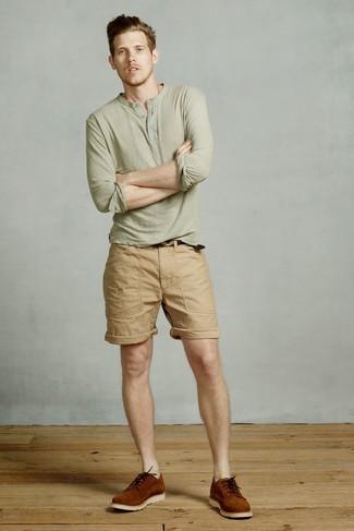 Cómo combinar: zapatos derby de ante en tabaco, pantalones cortos marrón claro, camiseta henley de manga larga verde oliva