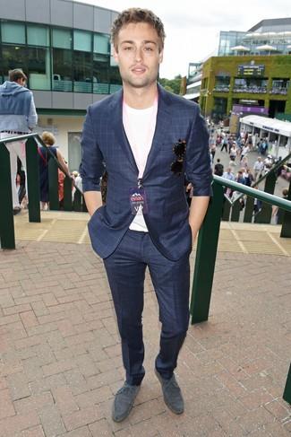 Cómo combinar: zapatos derby de ante grises, camiseta con cuello circular blanca, traje a cuadros azul marino