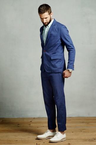 Cómo combinar: zapatos derby de cuero blancos, camisa de vestir de rayas verticales en verde menta, traje azul