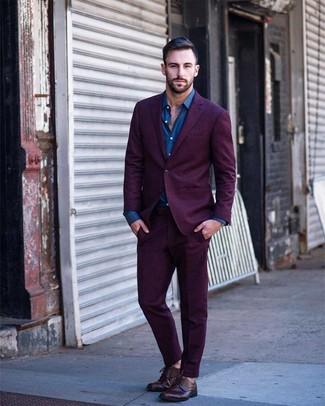 Cómo combinar: zapatos derby de cuero burdeos, camisa de manga larga azul, traje morado