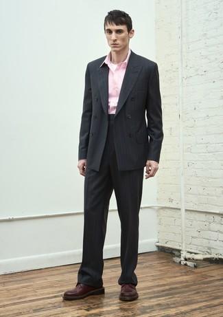 Cómo combinar: zapatos derby de cuero burdeos, camisa de manga larga rosada, traje de rayas verticales negro