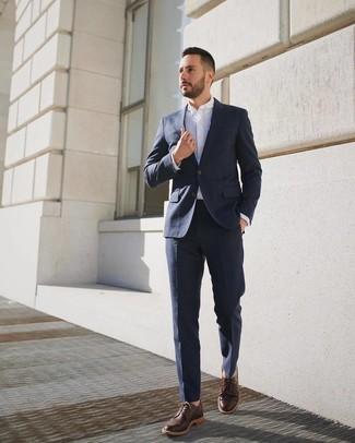 Cómo combinar: zapatos derby de cuero en marrón oscuro, camisa de vestir blanca, traje azul marino