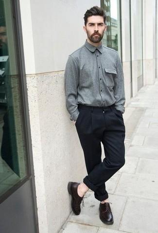 Combinar unos zapatos derby de cuero en marrón oscuro: Opta por una camisa de manga larga de franela gris y un pantalón chino azul marino para un look diario sin parecer demasiado arreglada. Completa tu atuendo con zapatos derby de cuero en marrón oscuro para mostrar tu inteligencia sartorial.