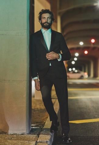 Cómo combinar: zapatos derby de cuero negros, camisa de vestir blanca, traje negro