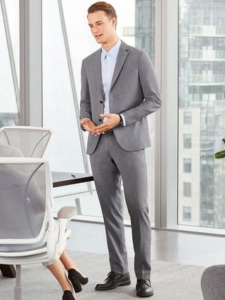 Cómo combinar: zapatos derby de cuero negros, camisa de vestir celeste, traje de lana gris