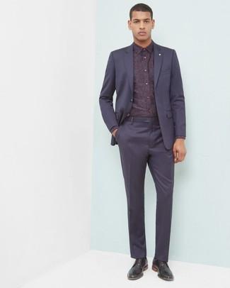 Cómo combinar: zapatos derby de cuero negros, camisa de vestir con print de flores burdeos, traje azul marino